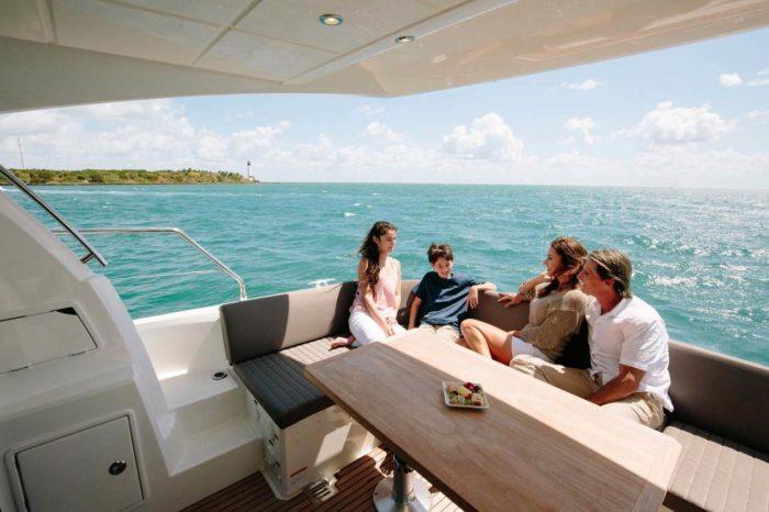 2018 Prestige Yachts 460 aft dining